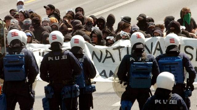 Demonstranten und Polizisten stehen sich auf der Luzerner Seebrücke gegenüber.
