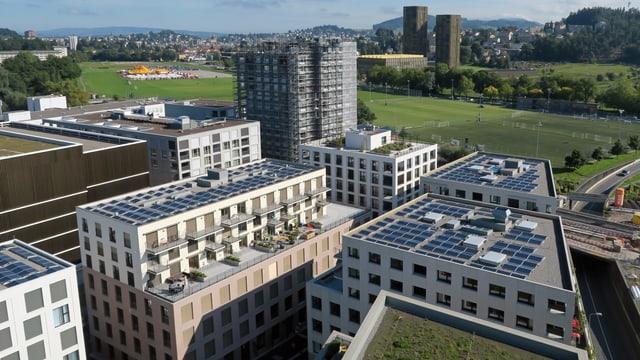 Neue Gebäude, mit Solarzellen auf den Dächern.