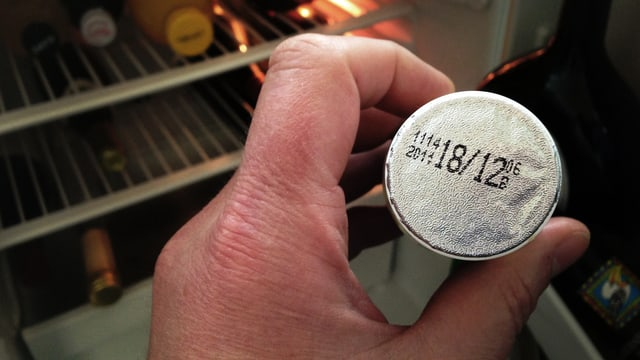 Blick auf die Etikette, wo als Ablaufdatum der 18.12.2011 angegeben ist.