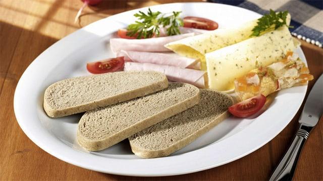 Ein Brotzeit-Teller mit Seniorenbrot, Wurst und Käse.