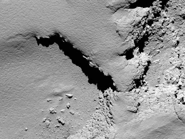 Die Oberfläche Tschuris fotografiert von der Sonde Rosetta aus 6 Kilometer Höhe.