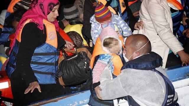 Die italienische Marine nimmt Frauen und Kinder in Empfang, die mit einem Boot aus Libyen geflohen sind.