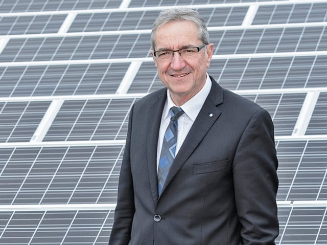 Regierungsrat Kanton Luzern Robet Küng - Solarzellen im Hintergrund.