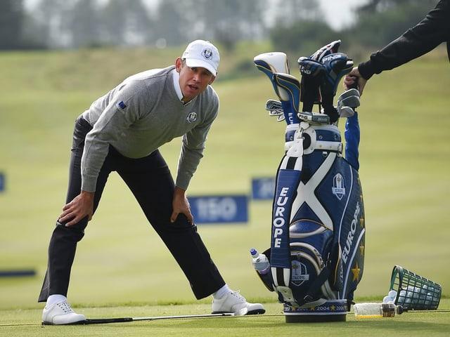 Lee Westwood strecht sich auf dem Golfplatz.