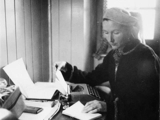 S. Corinna Bille an der Schreibmaschine.