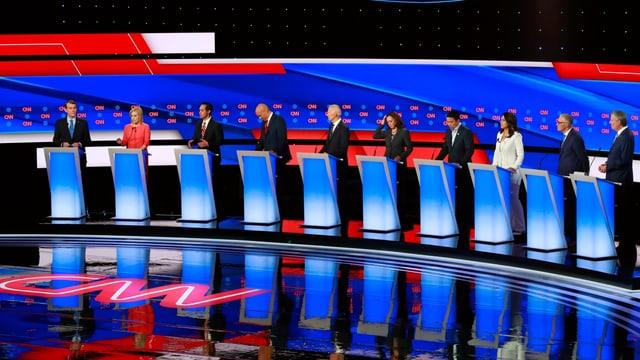 Zehn Präsidentschaftskandidaten der Demokraten stehen an Rednerpulten bei der TV-Debatte.