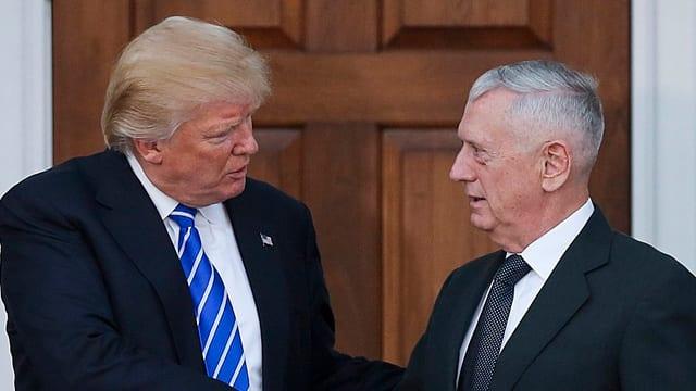Donald Trump (san.) e James Mattis, l'anteriur general che duai daventar minister da defensiun.