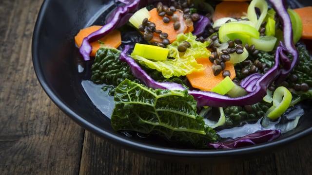 Teller mit bunten Gemüse.