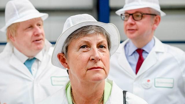 Gisela Stuart in einer Fabrik. Zusammen mit Boris Johnson und Michael Gove.