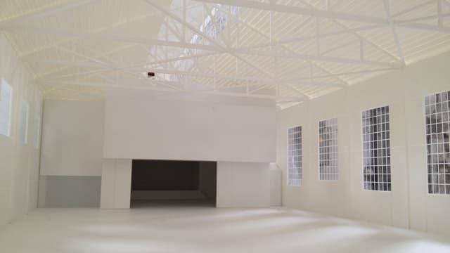 Blick ins Modell: Alles ist weiss gestrichen, es sieht sehr schlicht aus. Zu sehen sind 4 Fenster.
