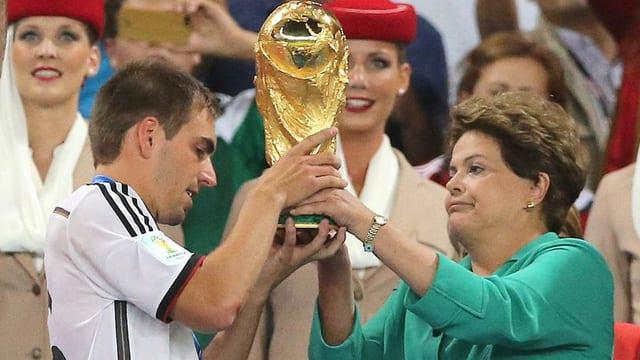 Rousseff übergibt Pokal an Lahm.