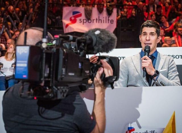 Franco Marvulli spricht in ein Mikrofon.