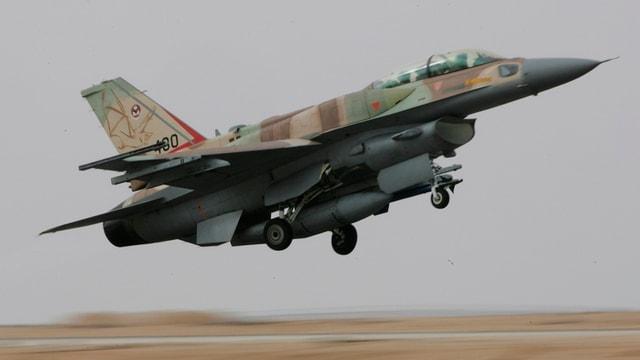 In aviun da cumbat dal tip F-16.