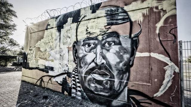 Ein Graffiti beim Tatort erinnert an das verstorbene Clan-Mitglied.