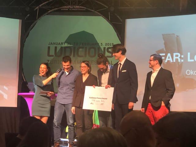 5 Mitglieder von Okomotive, einem kleinen Indie Studio in Zürich, nimmt einen Game Award entgegen.