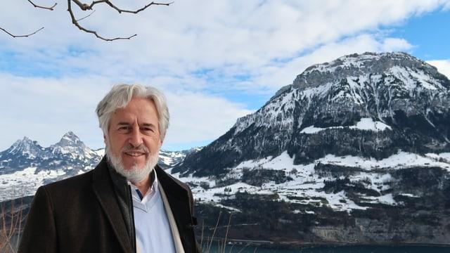 Felix Kägi vor dem Alpenpanorama in Seelisberg
