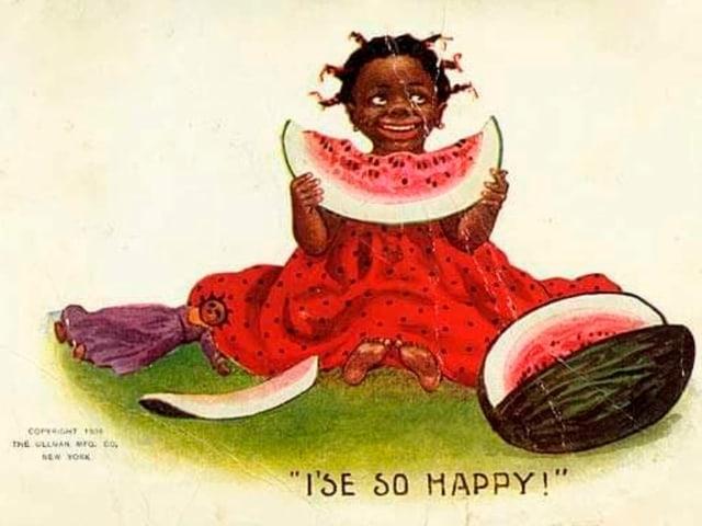 Schwarzes Kind sitzt da und isst Melone.