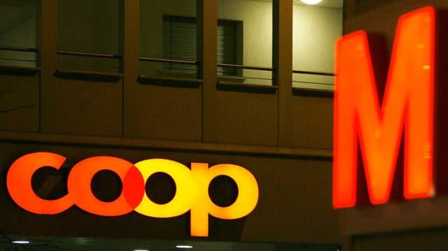 Die Logos von Coop und Migros
