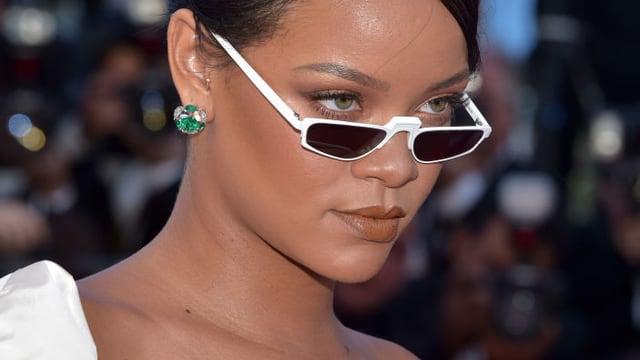 Rihanna mit weisser Brille.