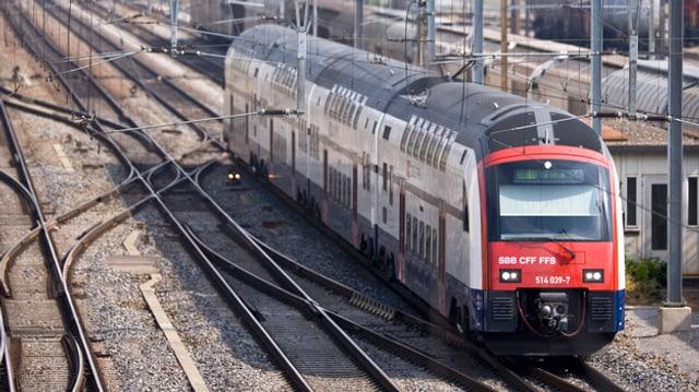 Ein Zug fährt über die Geleise in der Nähe des Bahnhofs Winterthur