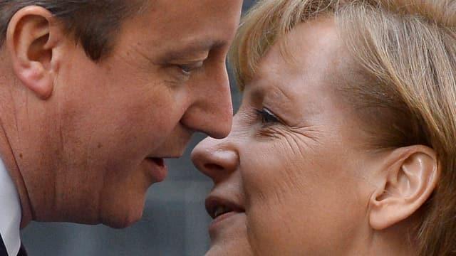 David Cameron und Angela Merkel küssen sich zur Begrüssung.
