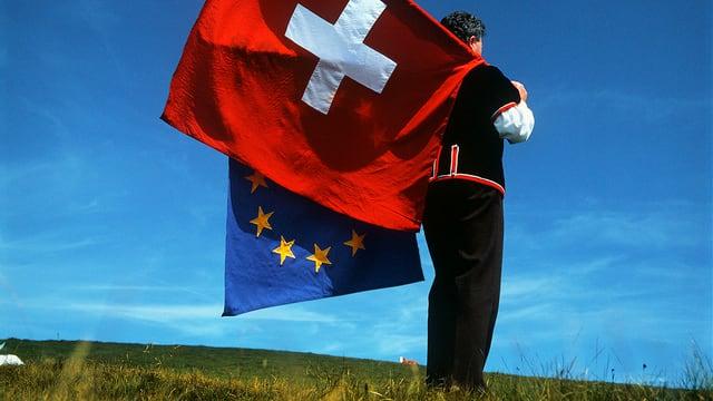 Ein Fahnenschwinger mit Europa- und Schweizfahne.
