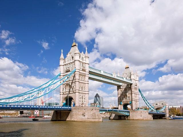 Tower Bridge mit blauem Himmel und wenigen Quellwolken
