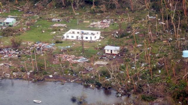 Plaunet sa mussan las dimensiuns da la devastaziun tras il ciclon sin las inslas da Fidschi.