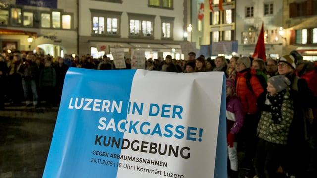 Ein Plakat mit Menschen im Hintergrund