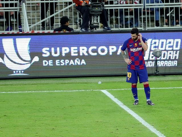 Messi steht traurig auf dem Rasen.