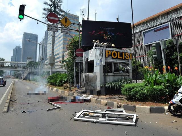 Tote oder verletzte Menschen (unkenntlich gemacht), Schäden am Gebäude.