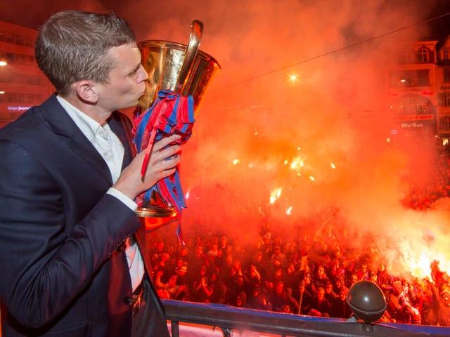 Spieler küsst den Pokal