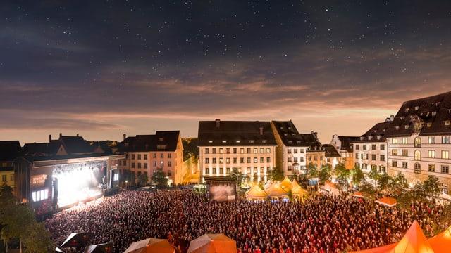 Auf dem Hauptplatz in Schaffhausen stehen tausende Leute und hören ein Konzert während des Festivals Stars in Town.