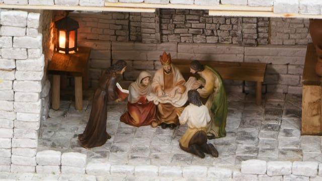 Die Heilige Familie en miniature mit Maria, Josef, Jesus und weiteren Figuren.