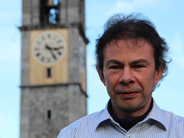 Portrait Stefan Früh, im Hintergrund der Glockenturm.