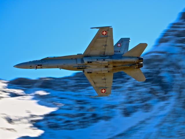 Eine FA-18 vor einer Felswand, dahinter der stahlblaue Himmel.
