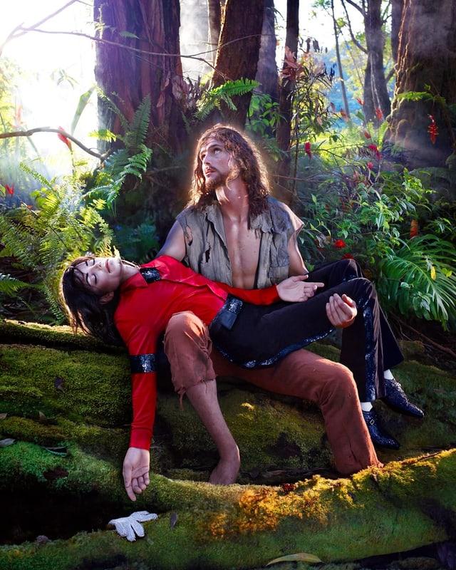 Hippie-Jesus hält Michael Jackson.