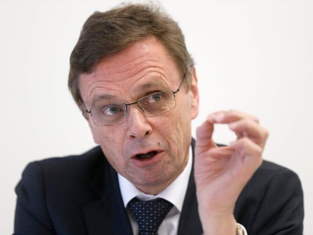 Hans-Jürg Käser, Regierungsrat im Kanton Bern, gestikuliert während eines Gespräches.