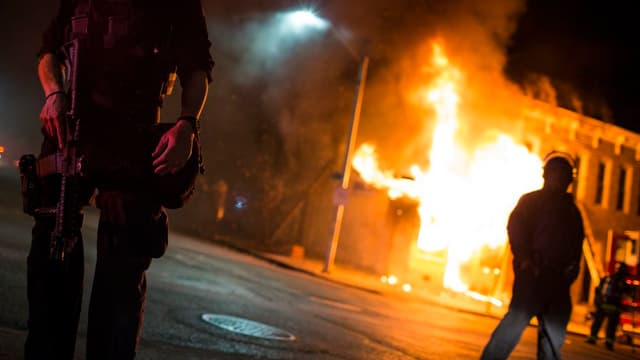 Bajetg en flommas. Davantiers è la polizia.