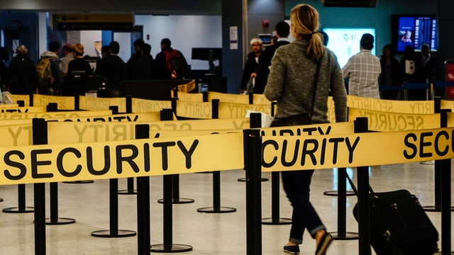 Warteschlange vor Sicherheitsschalter am Flughafen JFK
