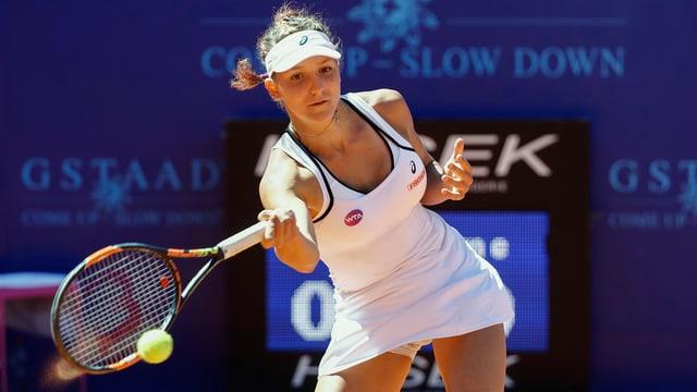Rebeka Masarova spielt eine Vorhand.