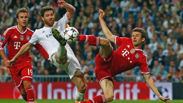 Reals Xabi Alonso klärt vor Bayerns Thomas Müller.