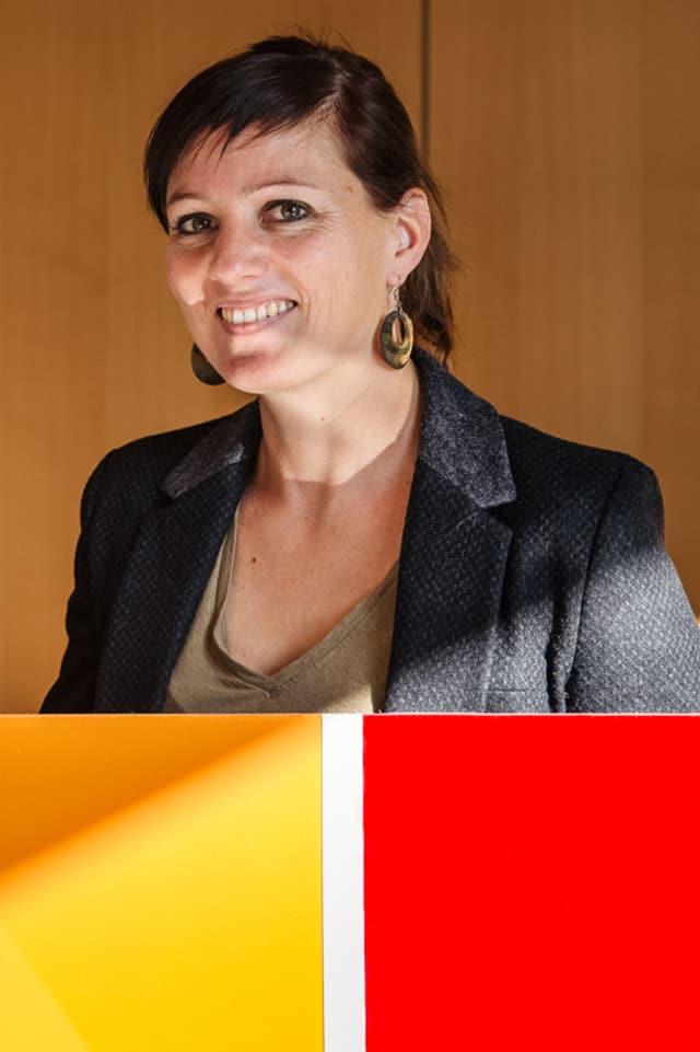 Laure-Emmanuelle, vor sich ein Panel mit verschiedenen Farbmustern.