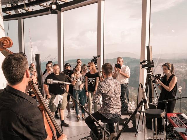 Einlaig: Bligg und Band begeistern eine Handvoll Gäste beim exklusiven «SRF 3 Showcase» im Uetliberg Sendeturm hoch über Zürich.
