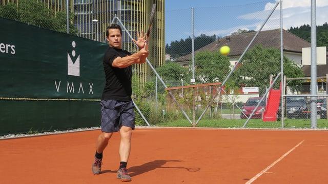 Mann beim Tennisspielen