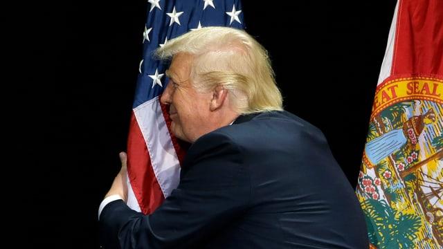 Trump e la bandiera americana