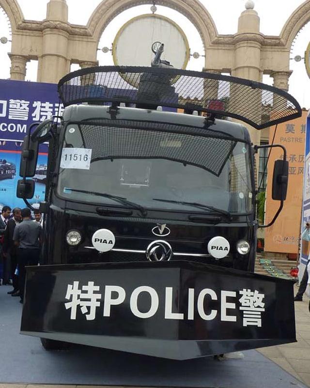 Ein Polizeifahrzeug mit einer Extra-Stossstange.