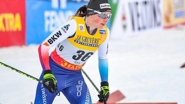 Ella cun ils skis da passlung.