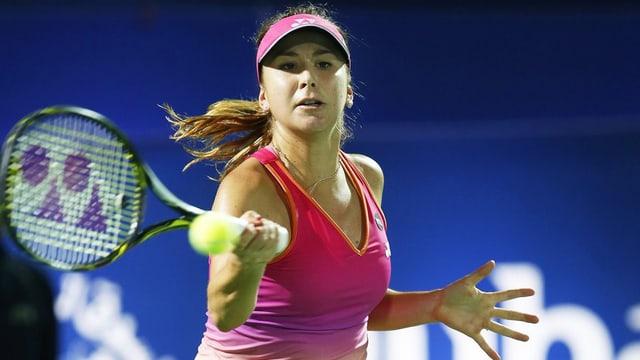 Belinda Bencic durant ina frida cun il racket da tennis al turnier da Dubai.