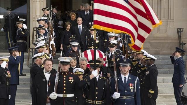 Feierlich geschmückt wird der Sarg aus dem Kapitol getragen.